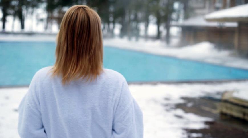 Frau-Winter-Pool
